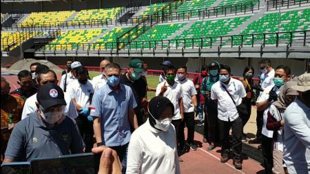 Menpora Zainudin Amali meninjau persiapan Stadion GBT bersama Walikota Surabaya, Tri Rismaharini, Jumat (18/9/20). - INDOSPORT