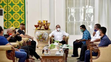 Mantan Ketum PSSI sekaligus Gubernur Sumut serta Pembina PSMS Medan, Edy Rahmayadi, saat menerima pengurus serta pelatih baru PSMS kemarin. - INDOSPORT