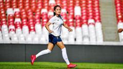 Indosport - Presenter cantik, Karra Syam, ternyata punya hobi yang tak biasa, yakni bermain sepak bola dan berkuda.