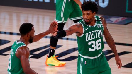 Pemain Boston Celtics, Kemba Walker dan Marcus Smart selebrasi usai menang atas Miami Heat. - INDOSPORT