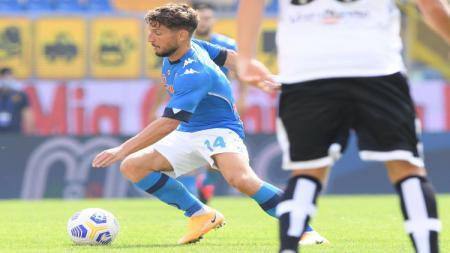 Dries Mertens, pencetak gol pertama di laga Parma vs Napoli saat beraksi melewati lawan. - INDOSPORT