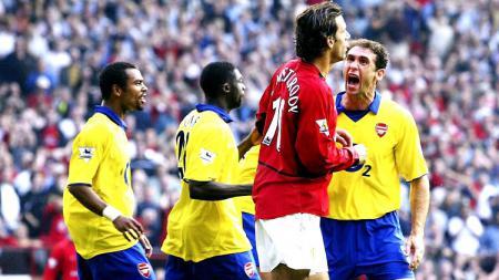 Konfrontasi Ruud van Nistelrooy dan Martin Keown dalam pertandingan Liga Inggris antara Manchester United vs Arsenal, 21 September 2003. - INDOSPORT