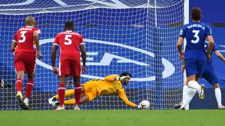 Liverpool mendapatkan kabar buruk karena dua pemain bintangnya, Alisson Becker dan Thiago Alcantara mengalami cedera jelang laga melawan Arsenal. - INDOSPORT