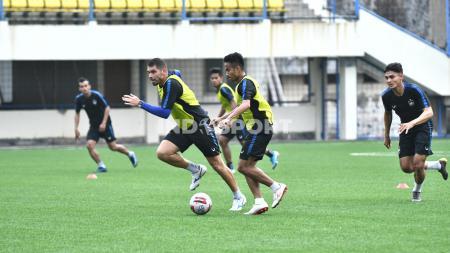 Dua pemain PSIS ketika melaksanakan latihan taktikal di Stadion Citarum pada Senin (21/09/20) sore sebagai persiapan menghadapi lanjutan Liga 1. - INDOSPORT