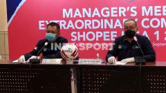 Indosport - Direktur Utama PT LIB, Akhmad Hadian Lukita (kanan) dan Direktur Operasional PT LIB, Sudjarno (kiri) seusai manager meeting di Hotel Sheraton, Jalan Ir. H Juanda, Kota Bandung, Senin (21/09/2020).