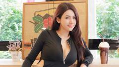 Indosport - Model seksi asal Thailand, Shaya Lor tengah asyik melakukan kegiatan olahraga workout disalah satu tempat gym.