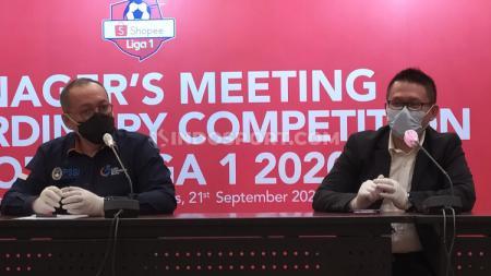 Manajer Kompetisi PT LIB, Asep Saputra (kanan) dan Direktur Utama PT LIB, Akhmad Hadian Lukita (kiri) seusai manager meeting di Hotel Sheraton, Jalan Ir. H Juanda, Kota Bandung, Senin (21/09/20). - INDOSPORT