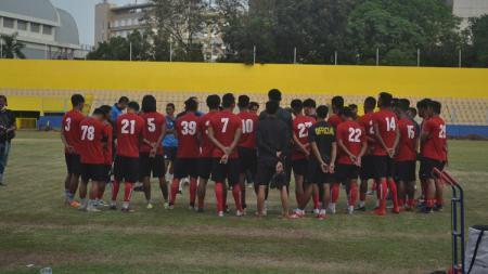 Pelatih Sriwijaya FC, Budiardjo Thalib, memberikan instruksi terkait draf jadwal babak penyisihan Grup D Liga 2 2020. - INDOSPORT