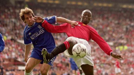 Striker Manchester United, Andy Cole, berduel dengan Gianfranco Zola dalam pertandingan Liga Inggris versus Chelsea, 23 September 2000. - INDOSPORT