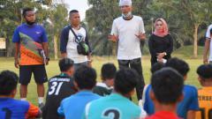 Indosport - Pelatih Batubara Bisa FC, Suharto AD (baju putih), didampingi Presiden klub, Sri Wahyuni (baju hitam), saat memberikan arahan kepada peserta seleksi.