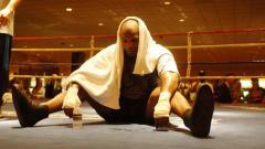 Indosport - Mike Tyson tampak lelah usai menjalani latihan