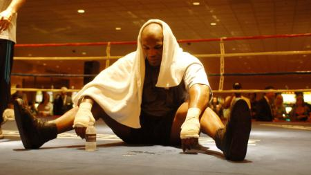 Mike Tyson tampak lelah usai menjalani latihan - INDOSPORT