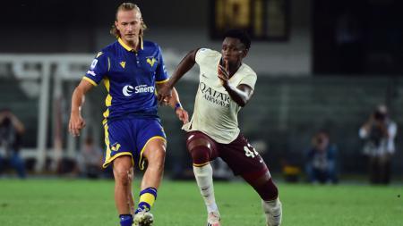 Amadou Diawara (kanan) saat membela AS Roma di kandang Hellas Verona - INDOSPORT