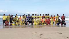 Indosport - Skuat Arema FC latihan dalam TC di pantai Nganteb.