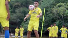 Indosport - Pemain Arema FC latihan dalam TC di pantai Nganteb.