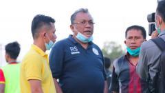 Indosport - Eks pelatih PSMS, Philep Hansen (kanan) terlihat bersama owner Tiga Naga, Rudy Sinaga.
