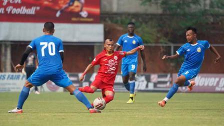 Aksi Riko Simanjuntak dikepung para pemain Bhayangkara pada laga uji coba antara Persija vs Bhayangkara, Rabu (22/09/20).