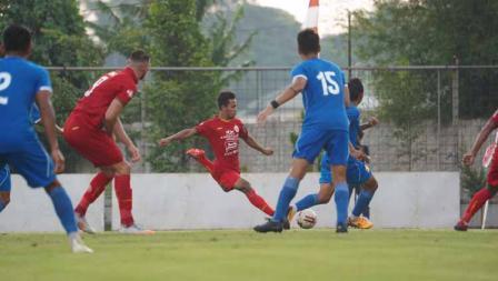 Osvaldo Haay (tengah) saat melakukan umpan ke rekannya pada laga uji coba antara Persija vs Bhayangkara, Rabu (22/09/20).