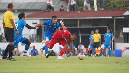 Tony Sucipto coba mengamankan bola dari dua pemain Bhayangkara pada laga uji coba antara Persija vs Bhayangkara, Rabu (22/09/20).