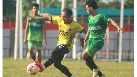 Pemain Muba Babel United, Airlangga Sucipto, berebut bola dengan pemain Persimuba. - INDOSPORT