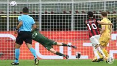 Indosport - Hakan Calhanoglu mencetak gol untuk AC Milan