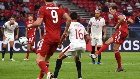 Leon Goretzka melakukan tendangan ke gawan Sevilla, dan mencetak gol yang pertama Bayern Munchen di UEFA Super Cup 2020.
