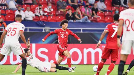 Leroy Sane mendapat tekel oleh Sergio Escudero di laga Bayern Munchen vs Sevilla di UEFA Super Cup 2020.