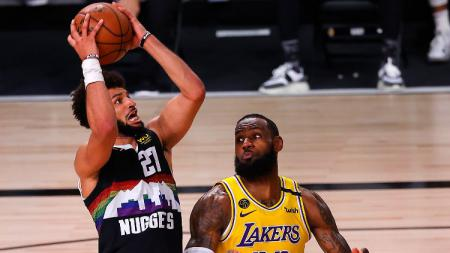 Jamal Murray (Denver Nuggets) berjibaku dengan LeBron James (LA Lakers) di laga final Wilayah Barat NBA. - INDOSPORT