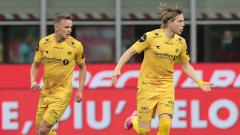 Indosport - Selebrasi Jens Petter Hauge (kanan) usai mencetak gol ke gawang AC Milan