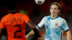 Indosport - Raksasa Liga Inggris, Manchester United, ternyata jadi alasan AC Milan untuk secepatnya merampungkan transfer Jens Petter Hauge (kanan) di musim panas 2020.