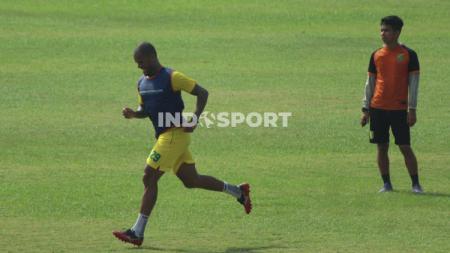 David Da Silva (kiri) ketika berlatih bersama Persebaya. - INDOSPORT