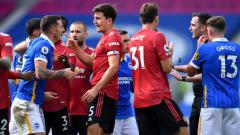 Indosport - Chris Kavanagh mendapatkan protes dari pemain Brighton, namun dibela oleh pemain Manchester United