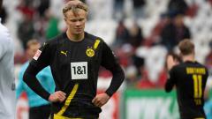 Indosport - Erling Haaland tertunduk lesu usai Borussia Dortmund kalah dari Augsburg