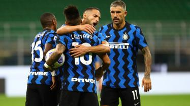 Para pemain Inter Milan merayakan gol Lautaro Martinez ke gawang Fiorentina.