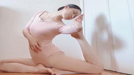 Mengingat pandemi Corona masih merajarela dunia, yoga bisa menjadi pilihan alternatif penggemar olahraga ringan. Ini aksi yoga seksi ala Shuu Vayu. - INDOSPORT