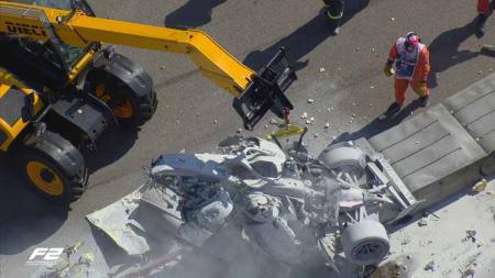 Mobil pembalap Formula 2, Luca Ghiotto, yang terbakar di GP Rusia. - INDOSPORT