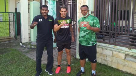 Silvio Escobar (tengah) diapit Sekum PSMS, Julius Raja dan Manajer PSMS, Mulyadi Simatupang saat tiba di markas latihan tim, Stadion Kebun Bunga, Medan, Minggu (27/09/20) sore. - INDOSPORT