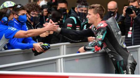 Fabio Quartararo merayakan kemenangannya di MotoGP Moto Grand Prix de Catalunya, Minggu (27/09/2020) di Montmelo di pinggiran Barcelona. - INDOSPORT