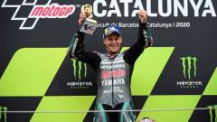 Indosport - Fabio Quartararo angkat tropi kemenangannya di atas podium di MotoGP Moto Grand Prix de Catalunya, Minggu (27/09/2020).