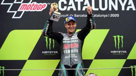Fabio Quartararo angkat tropi kemenangannya di atas podium di MotoGP Moto Grand Prix de Catalunya, Minggu (27/09/2020). - INDOSPORT