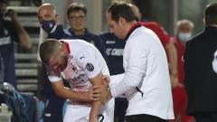 Indosport - Ante Rebic meringis kesakitan sambil memegang tangannya usai mengalami dislokasi