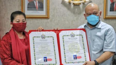 La Nyalla Mahmud Mattalitti kembali mendapatkan gelar kehormatan dari Keraton Kasunanan Surakarta. - INDOSPORT
