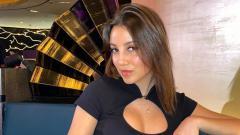 Indosport - April Ivy, kekasih pemain baru Manchester City Ruben Dias.