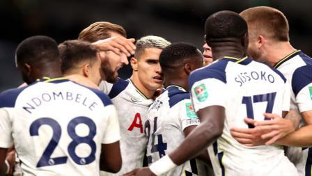 Skuat Tottenham Hotspur berselebrasi usai Erik Lamela mencetak gol di menit akhir saat melawan Chelsea di Piala Liga Inggris 2020/21.
