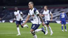 Indosport - Selebrasi Erik Lamela pemain Tottenham Hotspur usai mencetak gol pertama timnya pertandingan putaran keempat Piala Carabao dengan skor 1-1 dan dilanjutkan adu pinalti.