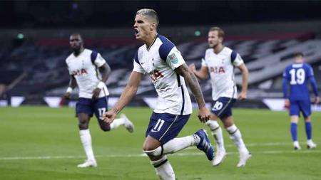 Selebrasi Erik Lamela pemain Tottenham Hotspur usai mencetak gol pertama timnya pertandingan putaran keempat Piala Carabao dengan skor 1-1 dan dilanjutkan adu pinalti. - INDOSPORT