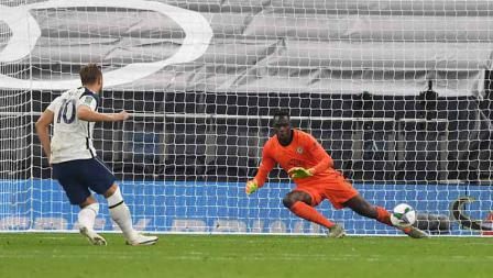 Selebrasi Erik Harry Kane usai mencetak gol penalti kelima timnya Piala Carabao dengan kemenangan Tottenham dalam adu pinalti.