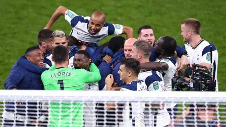 Skuat Tottenham Hotspur berselebrasi usai memenangkan pertandingan dengan drama adu penalti kontra Chelsea di Piala Liga Inggris 2020/21.