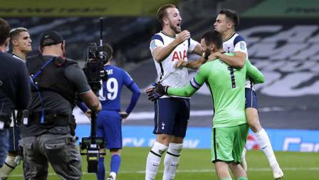 Penjaga gawang Tottenham Hotspur Hugo Lloris merayakan kemenangan bersama Sergio Reguilon (kanan) dan Harry Kane usai memenangkan pertandingan.