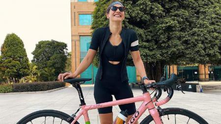 Pevita Pearce hobi naik sepeda. - INDOSPORT